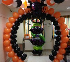 These Halloween themed arches are perfect for the holiday party. Balloon Hat, Big Balloons, Balloon Flowers, Balloon Animals, Halloween Birthday, Holidays Halloween, Halloween Themes, Halloween Decorations, Balloon Columns
