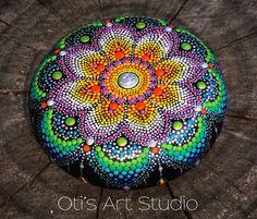 Coloré fleur Pierre Mandala peinte à la main