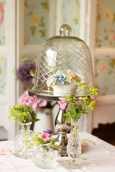 Under glass: Shabby chic cloche Shabby Style, Estilo Shabby Chic, The Bell Jar, Bell Jars, Cloche Decor, Fleur Design, Centerpieces, Table Decorations, Easter Centerpiece