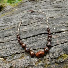 Collier de graines ras-du-cou: tagua et bombona.