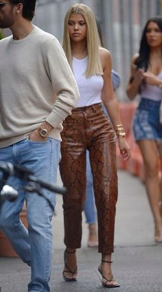 celebrity style 2020 - Styling Tips + celebrity style casual _ celebrity style street _ celebrity style red carp Mode Outfits, Trendy Outfits, Fall Outfits, Fashion Outfits, Fashion Sets, Celebrity Style Casual, Celebrity Outfits, Celeb Style, Look Fashion