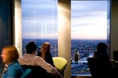 """Wer in London """"hip"""" sein will, muss ins angesagte Vertigo 42 im 183 Meter hohen Tower 42. Dort feiern sich die Erfolgreichen des Financial District regelmäßig selbst. Dabei haben sie die Wahl zwischen Panoramabar mit selbst für Londoner Verhältnisse unglaublich teuren Drinks oder der benachbarten Tanzfläche.  Foto: Vertigo 42"""