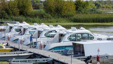 Elmentünk az egynapos hajótúrára, hogy kipróbáljuk a tiszai nyaralóhajókat rendszerszerű használat közben. Nemhogy azt kaptuk, amire számítottunk, hanem sokkal többet. De mielőtt belemennénk a történet meselésébe, gyorsan összeszedjük, hogy fog kinézni a Tiszai Nyaralóhajó Program.   #welovetiszato #Tisza-tó #kirándulás #belfölditurizmus #Tisza #túra #hajózás #hajótúra Diy Bedroom Decor, Opera House, Building, Buildings, Construction, Opera