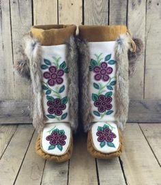 Beaded Hand Tanned Moose Hide and Stroud Mukluks with Rabbit Fur Native Beading Patterns, Beadwork Designs, Native Beadwork, Native American Beadwork, Bead Patterns, Fur Goods, Beaded Moccasins, Moccasins Pattern, Native American Moccasins