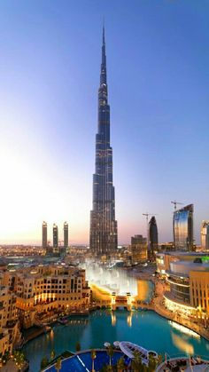 """""""BURJ KHALIFA DUBÁI"""".. Con una altitud de 828 metros sobre Dubái, el Burj Khalifa, actualmente el edificio más alto del mundo, representa la unión del arte, la ingeniería y el patrimonio histórico.. Cuenta con miles de metros reservados para oficinas, 900 residencias privadas, las 160 maravillosas habitaciones del Armani Hotel y el mirador al aire libre At the Top, localizado en la planta 124."""