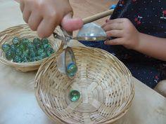 Dos Princeses - Aprendre amb Montessori: BOLAS Y COLADOR DEL TÉ - Actividades de Vida Práctica