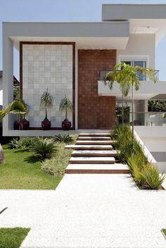 A fachada da Casa é marcada por linhas retas e revestimentos claros. Stone Wall Design, Brick Exterior House, House Designs Exterior, House Front Design, Exterior Design, House Front, Modern Architecture House, Bungalow House Design, Front Garden Design