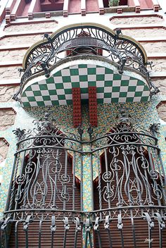 Gorgeous Spanish tile! TOT PASSEJANT: Casa Vicens Modernista, Barcelona, Spain.