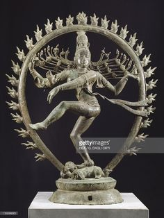 Photo : Shiva as Nataraja dancing in a circle of flames, bronze statue in Dravidian style, India. Detail. Indian Civilization, Cola dynasty, 11th century.