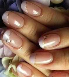 Tra le idee unghie sposa 2015, in alternativa alla classica french, si suggerisce una purple french con glitter oro e swarovski.
