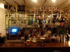 En voilà un drôle de nom pour un bar. S'il nous rappelle une pièce d'Albert Camus ou collerait parfaitement à une milice