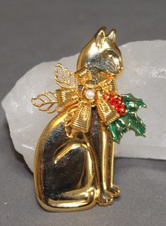 Vintage Holiday Enamel & Faux Pearl Kitty Cat Pin.