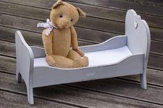 Vintage Deko - Schäfchenwolke Zuckersüßes Vintage Puppenbett - ein Designerstück von WaldteufelManufaktur bei DaWanda