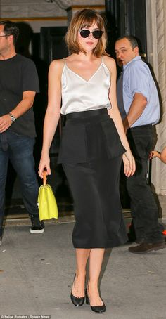 Dakota Johnson looks stunning. This outfit is simple perfection,and pop of yellow bag wow I want it all Dakota Johnson Stil, Satin Tank Top, Street Style Looks, Fall Looks, Blake Lively, Alexa Chung, White Tops, Her Style, Sarah Jessica Parker