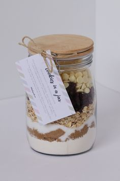 Our 'COOKIES IN A JAR' make a unique homemade gift for Christmas, birthdays or any special occasion. Includes a FREE PRINTABLE recipe gift tag label. (Add a bag of coffee to go along with cookies! Christmas Food Gifts, Christmas Hamper, Christmas Jars, Homemade Christmas Gifts, Homemade Gifts, Christmas Recipes, Homemade Baileys, Christmas Ideas, Xmas Food