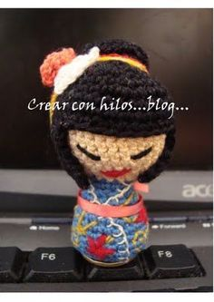 Geisha amigurumi. Free pattern available, and translation from Spanish to English is on page..