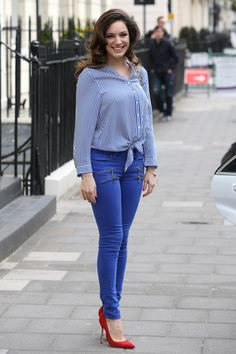 Even though is totally covered up, her tight jeans and red heels ooze sex appeal. Pear Shaped Outfits, Bon Look, Celebrity Workout, Kelly Brook, Celebrity Beauty, Red Heels, Work Wardrobe, Pretty Outfits, Cover Up