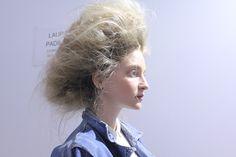 A ideia da mulher que aparece no desfile de outono-inverno 2016 da UMA por Raquel Davidowicz no SPFW é de alguém que está sempre em movimento e isso se reflete em sua maquiagem e cabelo.