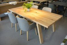 Design tafel van eikenhout gemaakt door Leven in Stijl meubelmakerij uit Alkmaar #alkmaar #noordholland #dutchdesign #designtafel #strakketafel #maatwerktafel