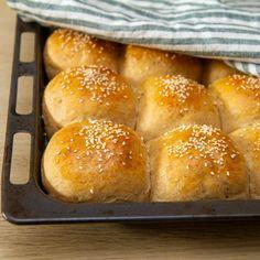 Saftige rundstykker Baguette, Hamburger, Sweet Home, Food And Drink, Bread, Snacks, Baking, Desserts, Tailgate Desserts