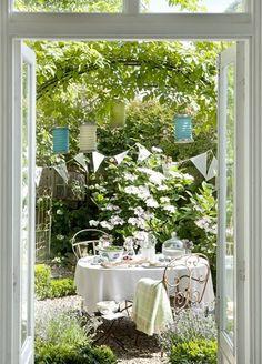 Love love! Lunch with a friend in a garden  nook!