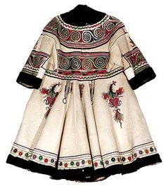 Coat century Region of Oltenia Museum of the Romanian Peasant, Bucharest Ethnic Fashion, Fashion Art, Boho Fashion, Vintage Fashion, Fashion Outfits, Origin Clothing, Historical Clothing, Style Ethnique, Mode Boho