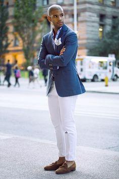 ダメージドホワイトジーンズにブルージャケットをコーデ