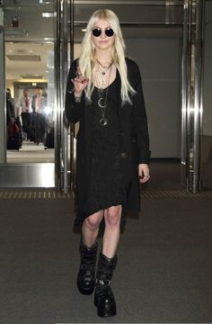 Taylor Momsen / She's not goth I know, but I love her style. Estilo Taylor Momsen, Taylor Momsen Style, Taylor Michel Momsen, 2000s Fashion, Fashion Outfits, Emo Outfits, Taylor Momsem, Casual Goth, Estilo Rock