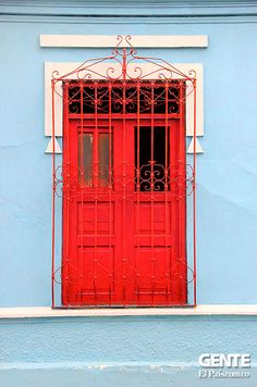 Colores en las ventanas para que la mirada sea alegre. San Antonio, Cali Colombia, Garage Doors, Outdoor Decor, Windows, Architecture, Colors, Carriage Doors