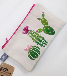 Estuche Cactus Bordados a Mano: Estuche de tela de algodón (lona) estampada y bordada a mano.Dimensiones: