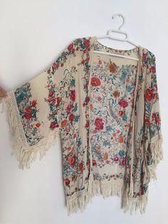Spectacular kimono of Zara with drawing of Manila-type shawl flowers. Kimono Fashion, Hijab Fashion, Boho Fashion, Fashion Dresses, Womens Fashion, Fashion Design, Bohemian Mode, Hippie Boho, Bohemian Style