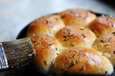 Cast Iron Buttered Rosemary Dinner Rolls from the Pioneer Woman ... uses frozen, unbaked dinner rolls, fresh rosemary, butter and salt.  Yes - I can do this one. Cast Iron Recipes, Iron Skillet Recipes, Skillet Meals, Skillet Cooking, Pioneer Woman Recipes, Bread Baking, Pain, Bread Rolls, Yeast Rolls