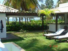 Casa à venda com frente mar em condomínio de alto padrão em uma das melhores localizações de Praia do Forte, Bahia, Brasil.
