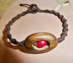 Das hat nicht jeder:  Tolles Makramee Armband in dunkelbraun mit Ebenholz und einem roten Acai aus Südamerika.  Für Frauen und Männer.  Zu ve...