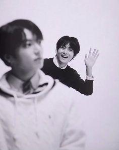 Tae never live Jk alone . Bts Taehyung, Jimin, Vlive Bts, Kim Namjoon, Bts Bangtan Boy, Jung Hoseok, Seokjin, Bangtan Bomb, Foto Bts