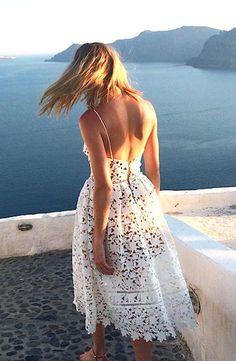 Vestido rendado, a cara do verão. Para noivas de cerimônia simples na praia.