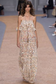 The complete chloé spring 2016 ready-to-wear fashion show now on vogue runw Runway Fashion, Fashion Models, Boho Fashion, High Fashion, Fashion Show, Paris Fashion, Fashion 2016, Fashion Week, 90s Fashion
