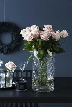 Roser i høy Wien vase med slipt glass. Interior Inspiration, Glass Vase, Home Decor, Decoration Home, Room Decor, Home Interior Design, Home Decoration, Interior Design