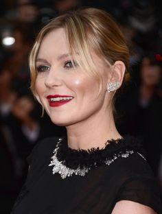 """Kirsten Dunst, llevaba aretes y anillo de 18 quilates de oro blanco y diamantes """"Camélia brodé"""" de Alta joyería de CHANEL."""