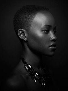 This portrait is everything. Oh, how I adore Lupita Nyong'o. Photo by Miller Mobley.  Excelente ejemplo de una foto en clave baja con muuuuuchos detalles. Hermosa.
