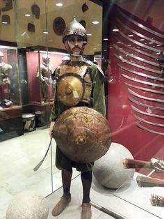 Ottoman tombak (gilded copper) krug cuirass and kalkan shield, Grand Palace Armoury, Malta. Ancient Armor, Medieval Armor, Samurai Armor, Arm Armor, Turkey History, Types Of Armor, Good Knight, Ottoman Turks, Islamic Paintings