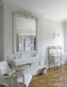 reforma baño clásico blanco, espejo reutilizado, lavabo de diseño moderno, suelo parquet espiga. presupuestON.com