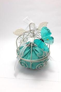 Porta alianças gracioso para o grande dia.  ____________________________________________________________    -Este porta alianças é confeccionado com gaiolinha, almofadinha, fita e borboleta de pena;  - A cor da borboleta pode variar de acordo com a a sua preferência.  - A cor da almofadinha pode variar de acordo com a a sua preferência. R$ 80,00