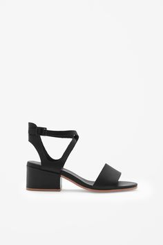 Cross-over strap sandals