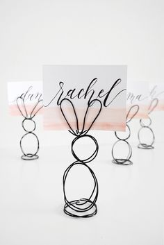 Tinker Easter bunnies made easy - 25 cute Easter bunny craft ideas - Place card holder made of wire – make Easter decorations Best Picture For crafts projects For Y - Easter Arts And Crafts, Bunny Crafts, Spring Crafts, Easter Bunny Decorations, Balloon Decorations, Easter Decor, Easter Ideas, Cute Easter Bunny, Happy Easter