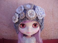 suave gorro de lana para blythe con flor rústica y por blythemia, €13,00   ~   £11.38 Blythemia @ etsy ~ www.etsy.com/...