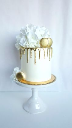 Cake Romantic wedding cake featuring white hydrangeas, gold macaroons and gold drip White Birthday Cakes, Gold Birthday Cake, Cool Wedding Cakes, Wedding Cake Toppers, One Tier Cake, 21st Cake, Engagement Cakes, Engagement Cake Toppers, Gold Cake