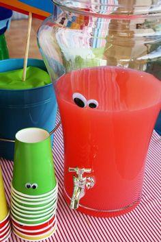 Idee zum Trinken ohne Mühe - farbige Limonade mit Wackelaugen