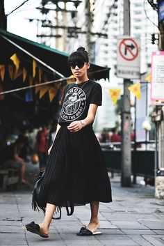 Bangkok Streetstyle Plisee Rock // Mules Bandshirt Thailand Reise Erfahrungen Stadt The Fashion A&; Bangkok Streetstyle Plisee Rock // Mules Bandshirt Thailand Reise Erfahrungen Stadt The Fashion A&; Street Style Outfits, Looks Street Style, Mode Outfits, Looks Style, Skirt Outfits, Airport Outfits, Modest Fashion, Skirt Fashion, Fashion Outfits