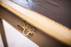 Writing Desk#1.0_Pic3  Antiker Schreibtisch mit drawer.  Die Oberfläche besitzt einen Lederbezug.  Detailaufnahme. Cinnamon Sticks, Furniture, Antique Desk, Leather, Home Furnishings, Arredamento